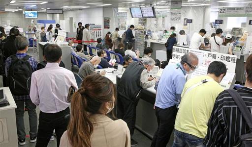 特別定額給付金のオンライン申請が始まり、マイナンバーカードの取得手続きなどで混雑する区役所の証明発行窓口=5月11日、大阪市浪速区(寺口純平撮影)