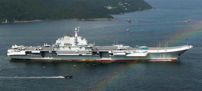 河野氏が事実上の警告を行ったものの、習近平氏率いる中国の空母(写真、ロイター)や情報収集機による軍事的脅威は続く