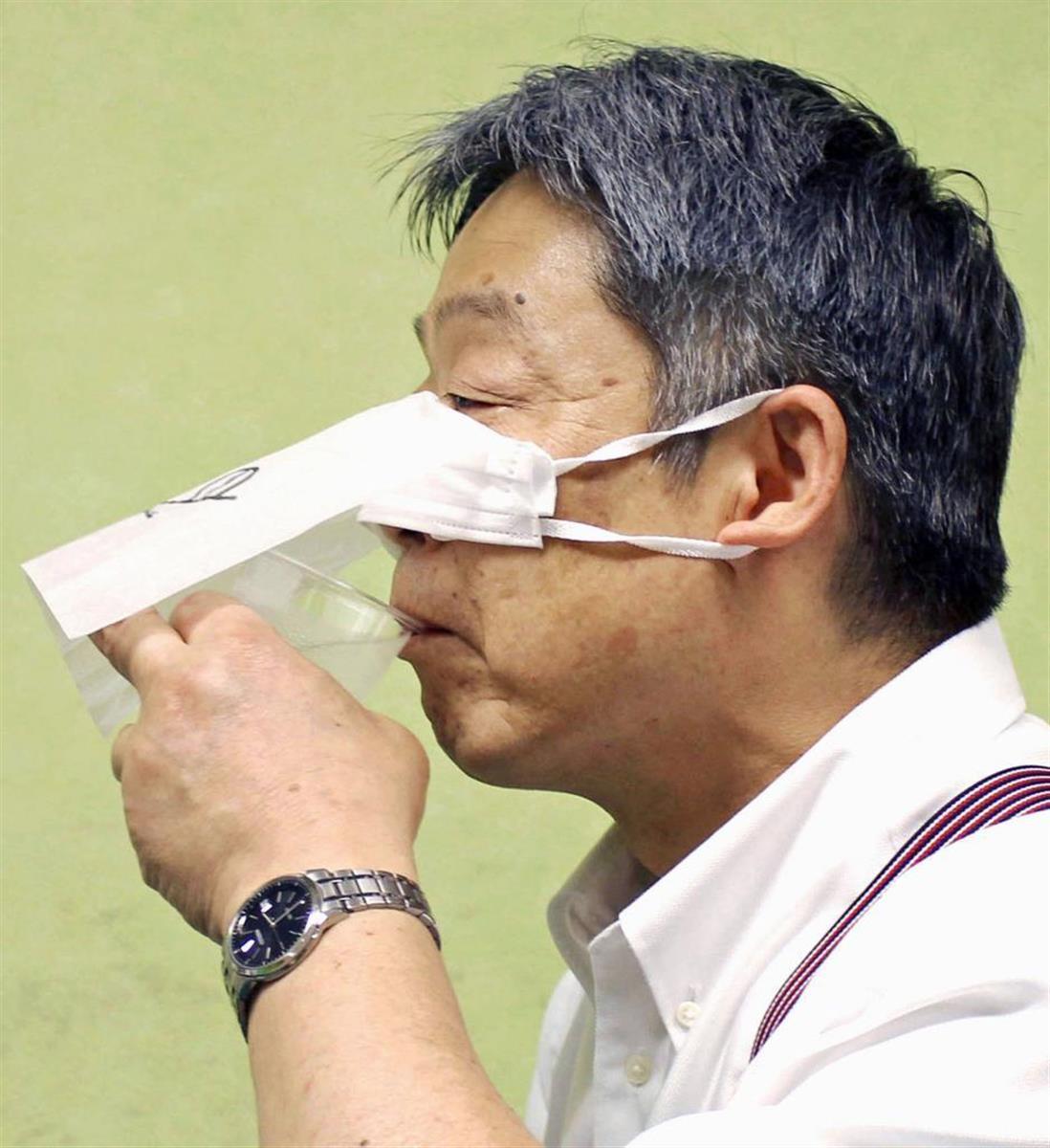 サイゼリヤが考案したマスクと紙ナプキンを利用した食事法(共同)