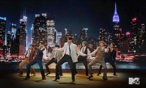 BTSの新曲「Dynamite(ダイナマイト)」のMTVのビデオ(AP)