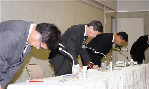 硬式野球部員の違法薬物使用で謝罪する東海大学の山田清志学長(中央)=東海大学湘南キャンパス