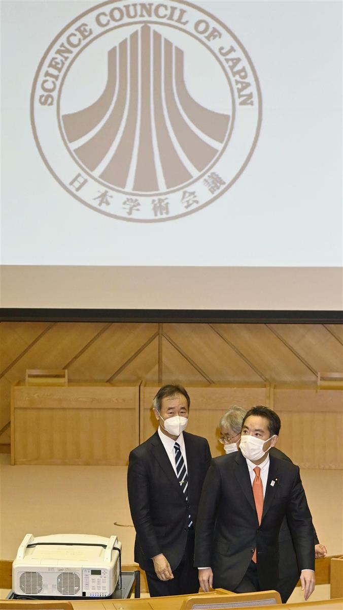 日本学術会議を視察する井上信治科技相(右)。左は梶田会長=29日