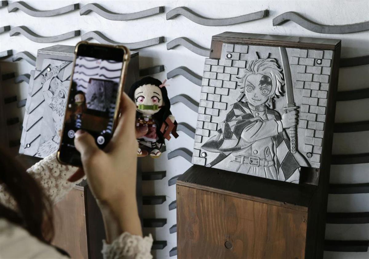 「鬼滅」のキャラを彫刻した瓦の記念碑=愛知県高浜市