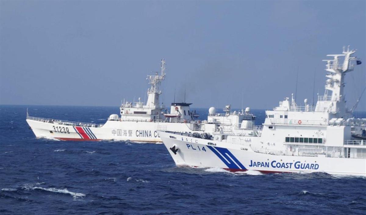 尖閣諸島周辺を航行する中国公船(左)と、並走する海上保安庁の巡視船(海保提供)