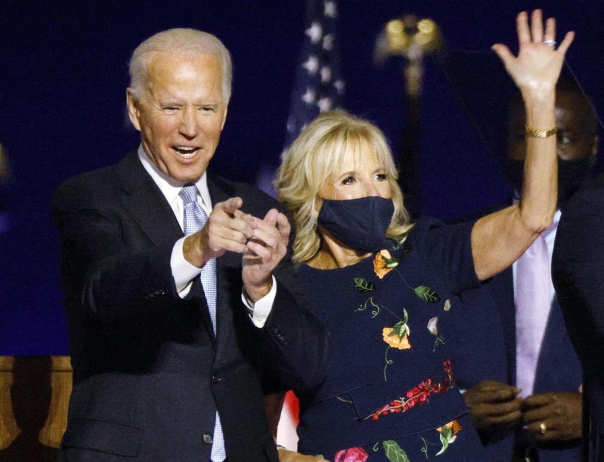 ジル夫人(右)とともに勝利宣言するバイデン氏(ロイター)