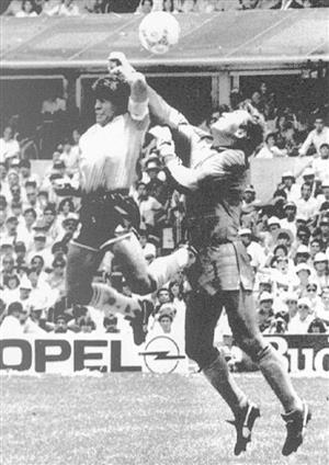 1986年W杯メキシコ大会準々決勝のイングランド戦での「神の手」ゴール(ロイター)