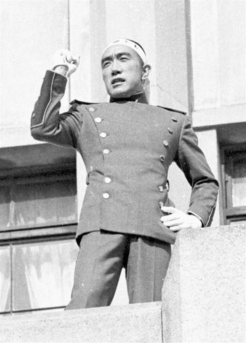 三島由紀夫は、市ケ谷駐屯地のバルコニーで最後の演説をした=1970年11月25日