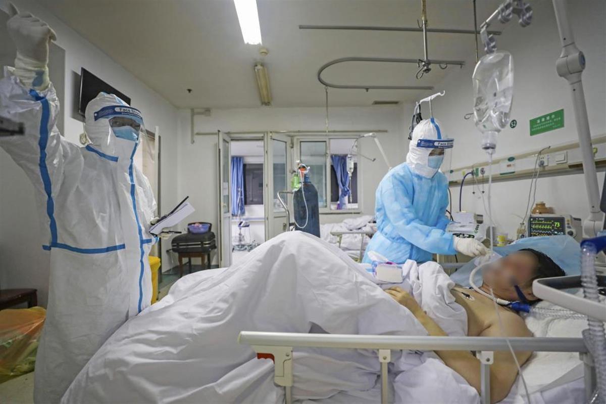 中国・武漢の病院で患者の対応に当たる医療従事者ら=2月(一部画像処理しています、共同)