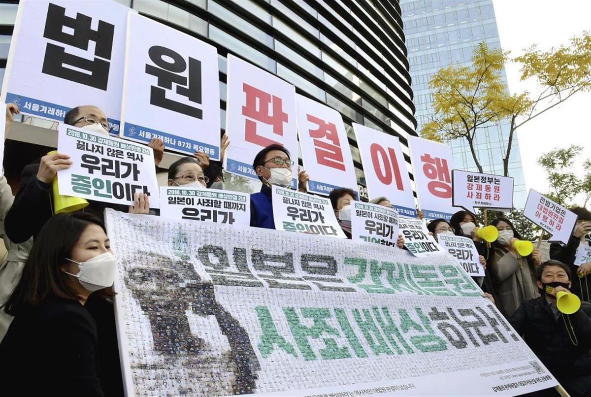 ソウルの日本大使館前での集会。文大統領の「反日」路線は強まるばかりだ(共同)