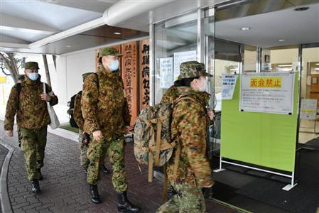 北海道旭川市の病院に入る自衛隊看護官ら(統合幕僚監部提供)