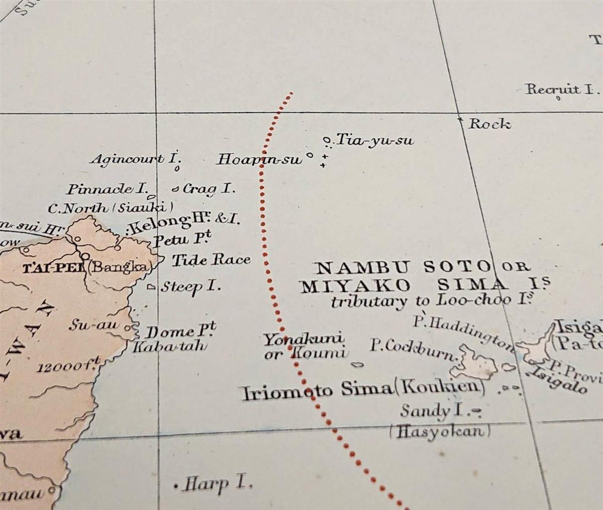 1887年版の英国製地図「ロンドン・アトラス」。尖閣諸島と台湾の間に国境線が引かれている