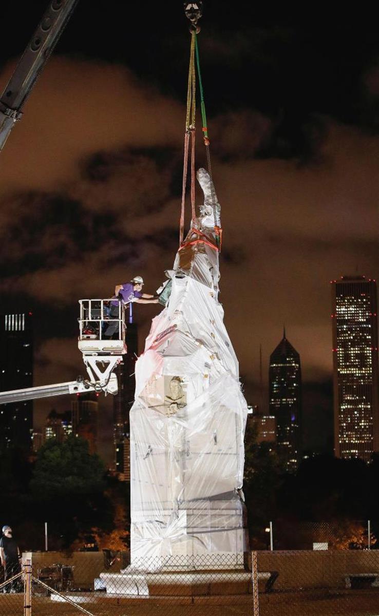 米シカゴで撤去されるコロンブス像(ロイター)
