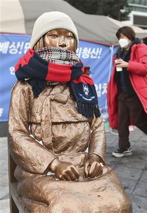 ソウルの日本大使館前に設置された慰安婦像(共同)