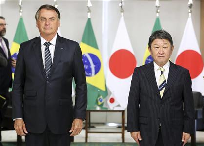ブラジルのボルソナロ大統領(左)と写真に納まる茂木外相=8日、ブラジリア(外務省提供)