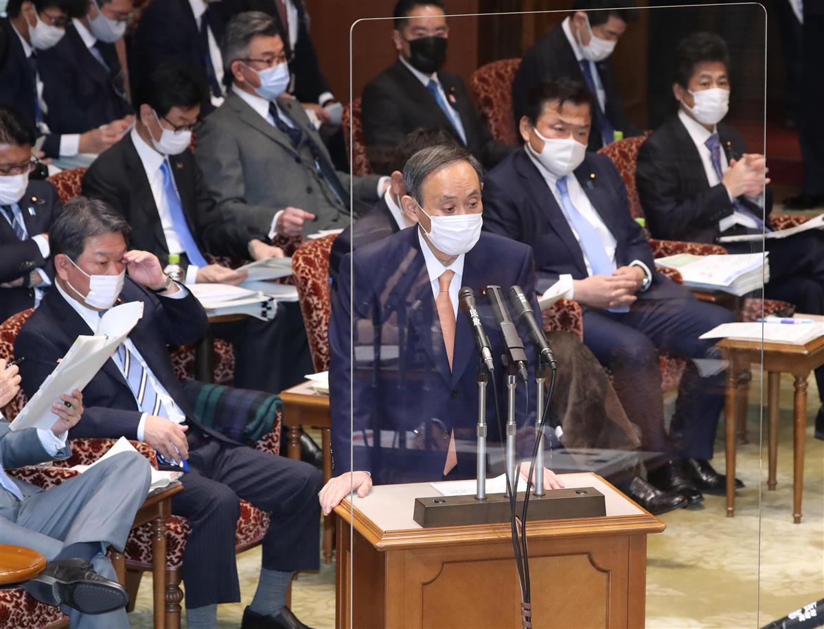 参院予算委でアクリル板越しに答弁する菅首相