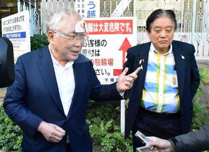 大村知事のリコール運動を進めていた高須氏(左)=昨年11月