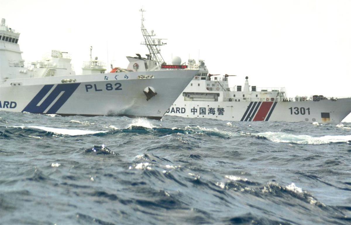 尖閣諸島周辺海域で入り乱れる海上保安庁の巡視船「なぐら」(手前)と、中国海警局の「海警1301」=15日(仲間均石垣市議撮影)