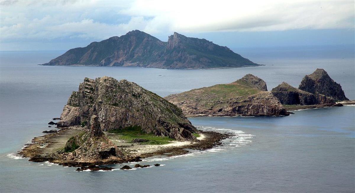 東シナ海上空から臨む尖閣諸島