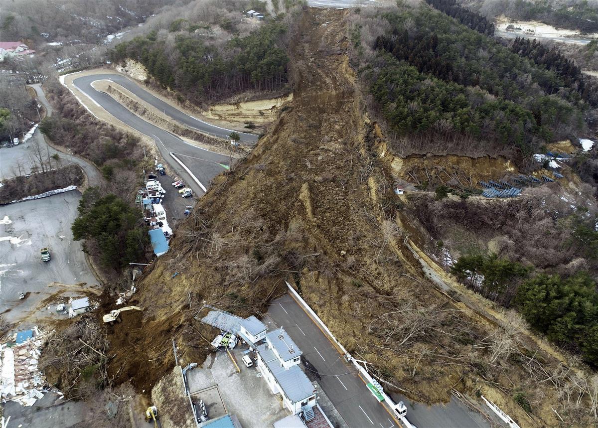 2月13日に東北地方を襲った揺れでは各地で土砂崩れなどが起きた(共同)