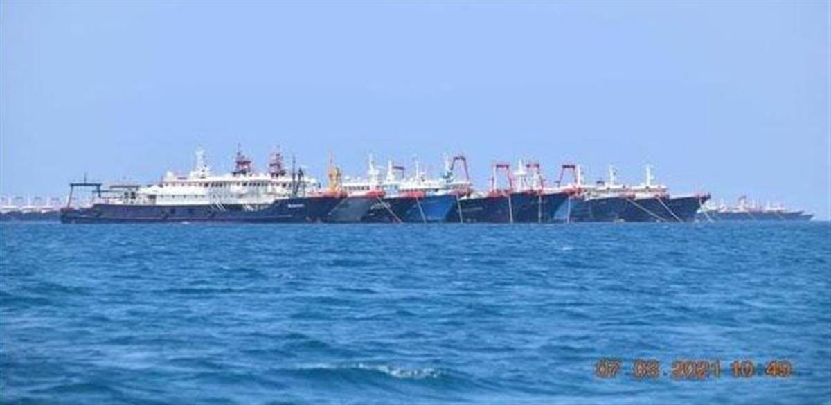 南シナ海に大挙して現れた中国の漁船団(共同)。習国家主席の狙いは…