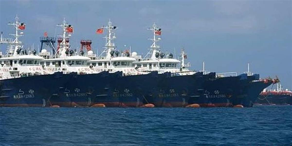 南シナ海のスプラトリー諸島周辺に集結した中国漁船(ロイター)