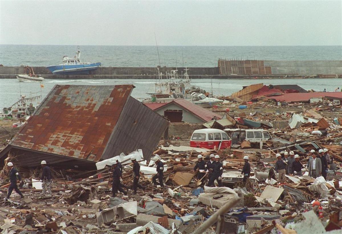 北海道南西沖地震の津波で押し潰された奥尻島青苗地区の住宅=1993年7月