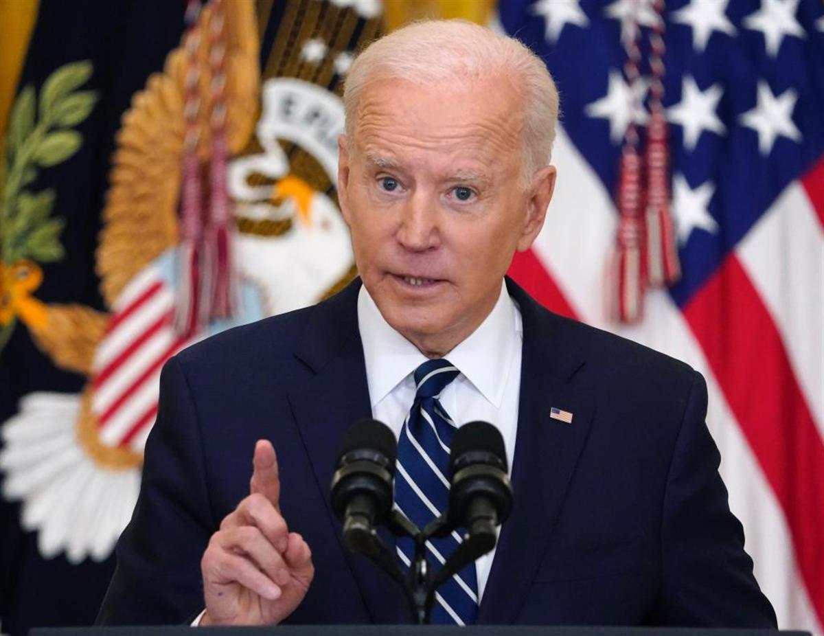 バイデン米大統領は公式記者会見で、中国への強硬姿勢を明確にした=25日、ワシントン(AP)