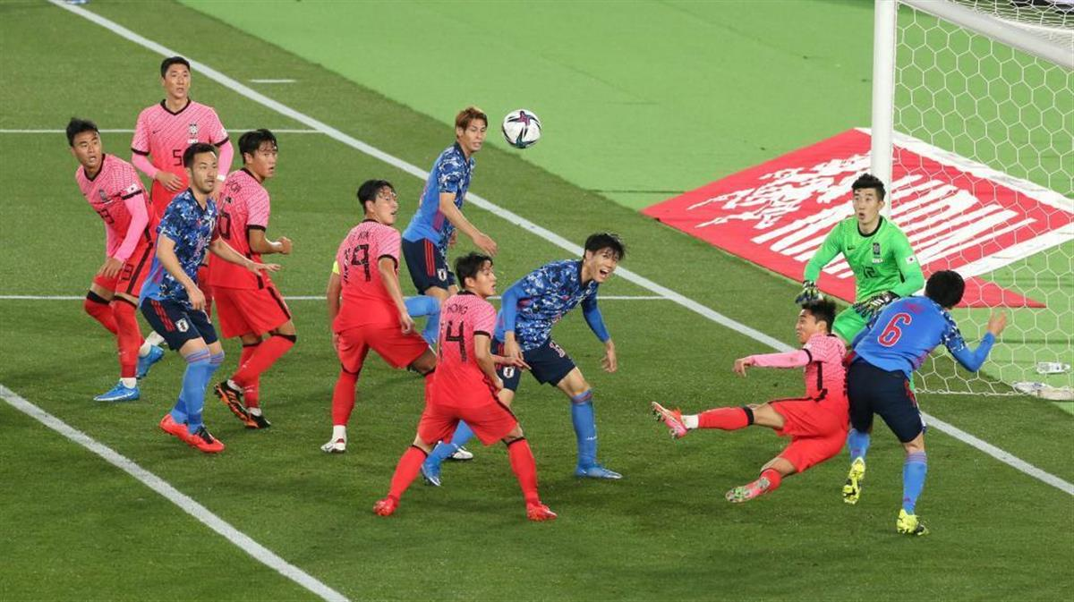サッカーの日本代表対韓国代表戦で、競り合う両チームイレブン=25日、日産スタジアム