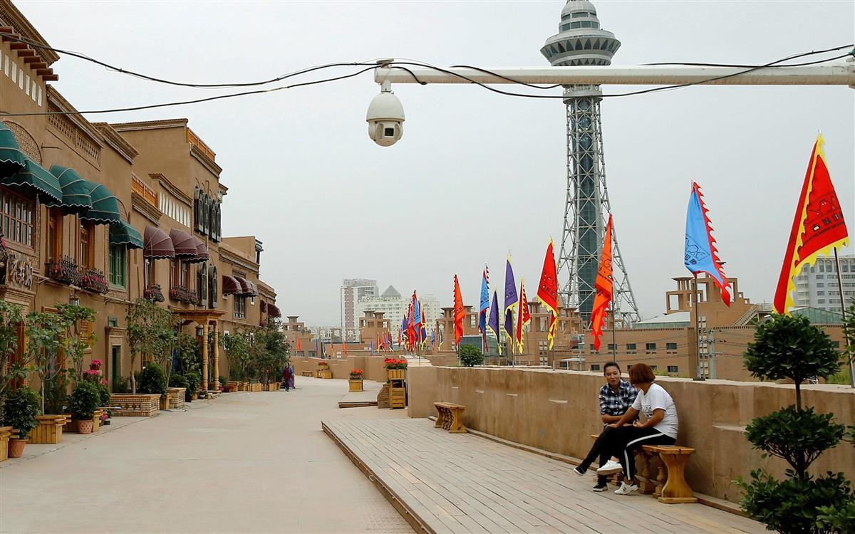 中国・新疆ウイグル自治区カシュガル市。監視カメラが設置されている (ロイター)