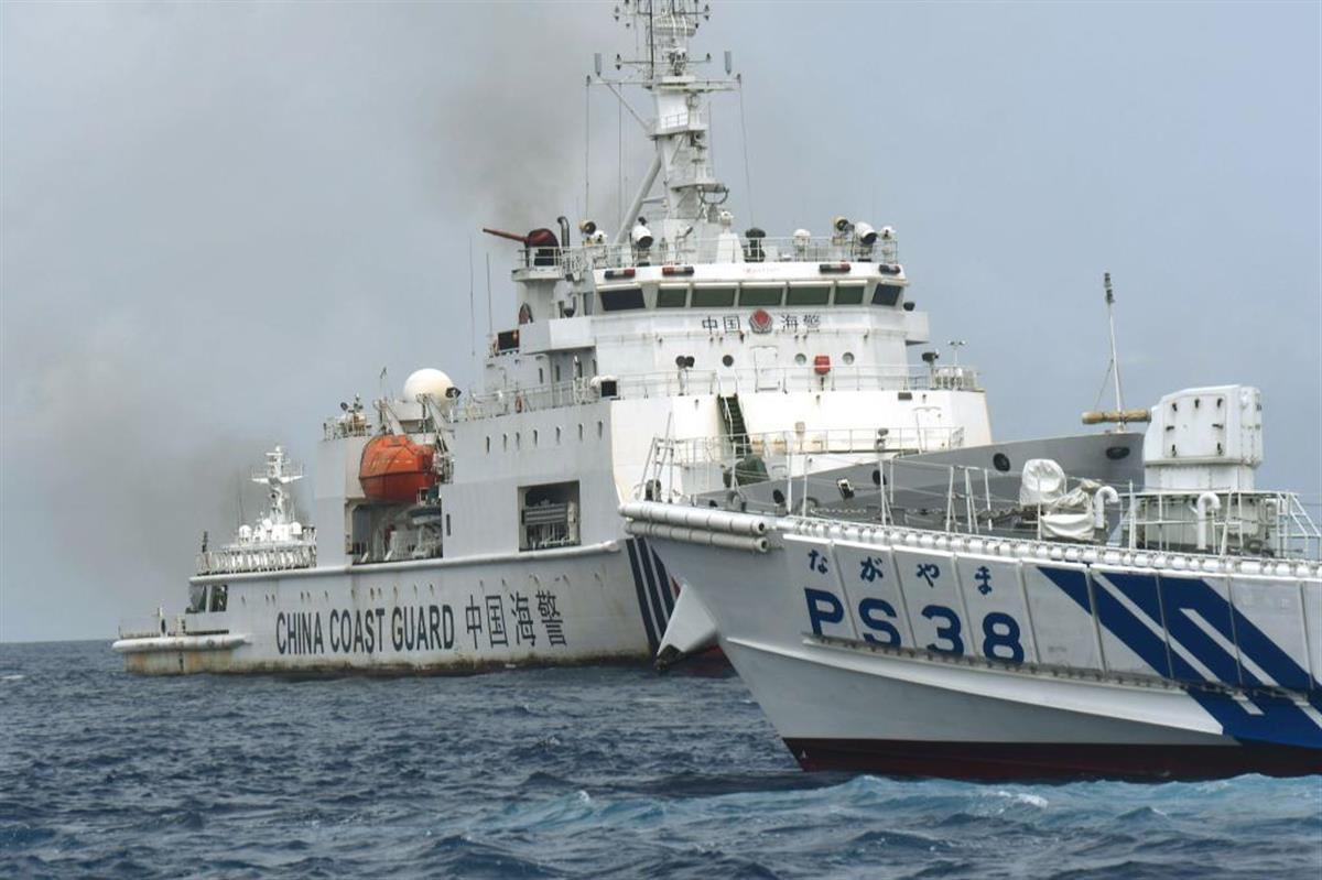 尖閣周辺で漁船に接近しようとする中国海警局船(奥)と、阻止しようとする海保の巡視船「ながやま」=4月2日(仲間均・石垣市議提供)
