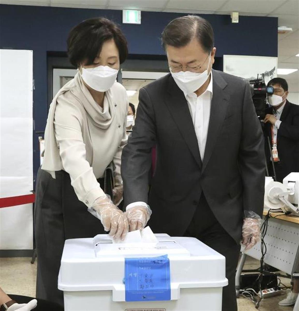 文大統領夫妻は、ソウル市長選の事前投票を行った=2日(聯合=共同)