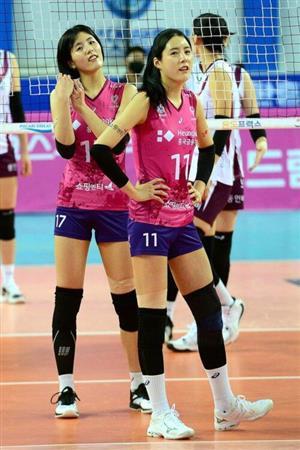 壮絶ないじめを暴露された韓国のバレーボール女子代表選手・イ・ジェヨン(左)とダヨン姉妹(写真/AFP=時事)