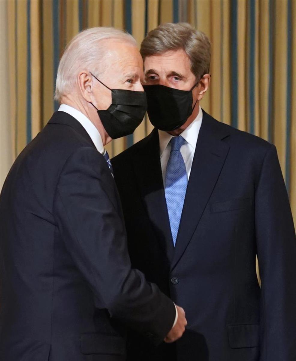 ケリー特使(右)はバイデン大統領(左)の意を受けて習主席に近づくのか(ロイター)