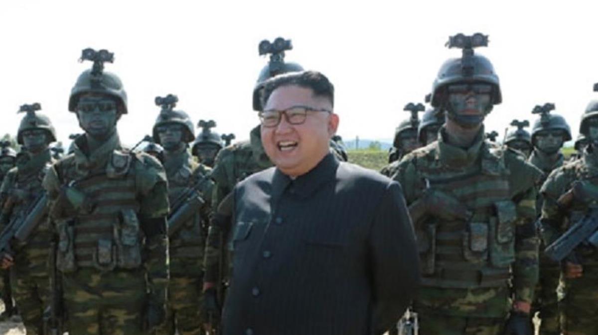特殊部隊を指導する金正恩氏(朝鮮中央通信2017年8月26日付)