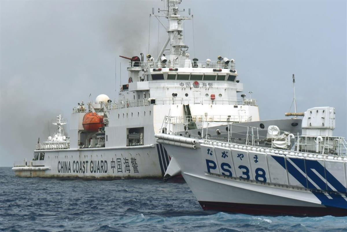 尖閣周辺で、漁船に近づこうとする中国海警局船(奥)と、阻止しようとする海上保安庁の巡視船(仲間均・石垣市議提供)