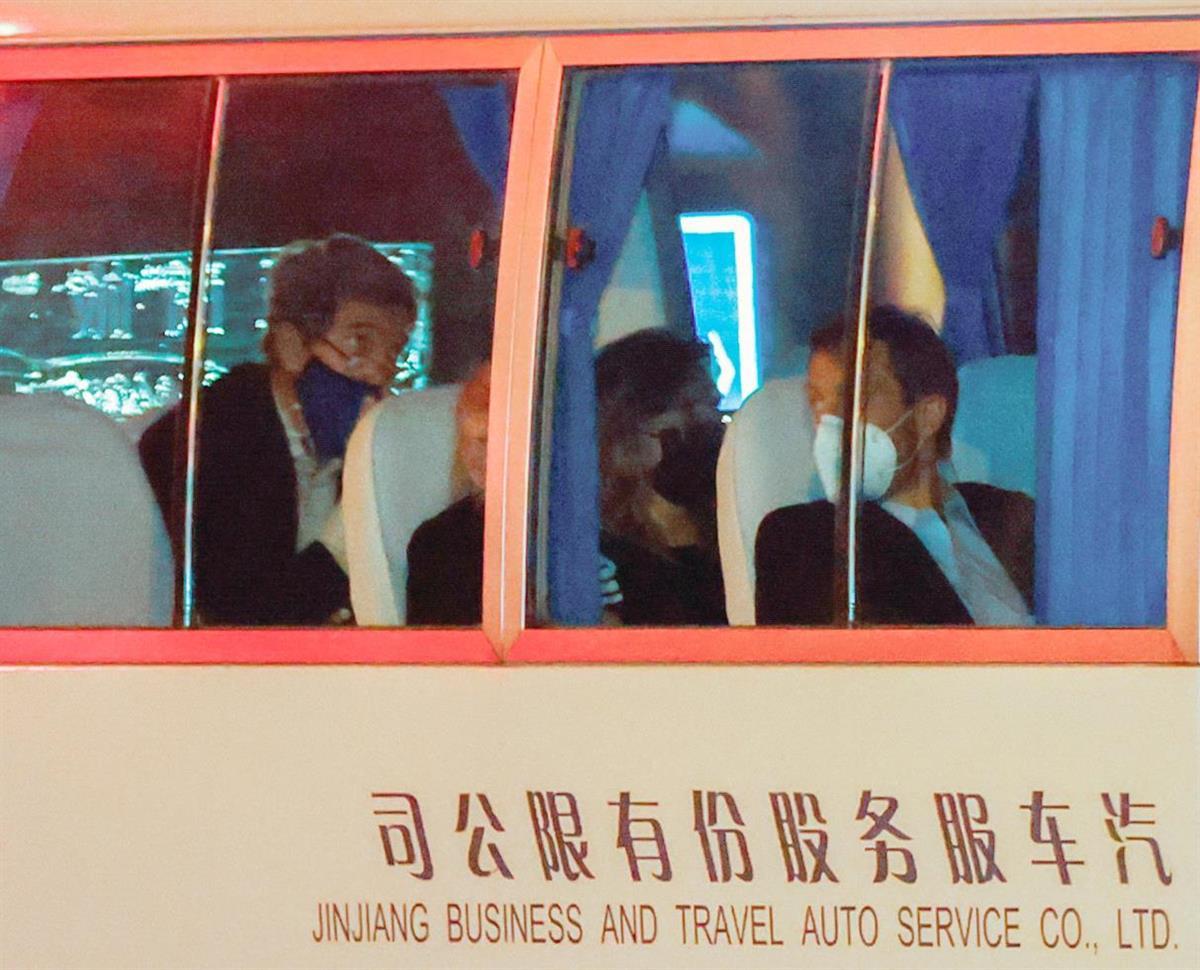 14日、上海に到着、バスでホテルに向かうケリー氏一行(ロイター)