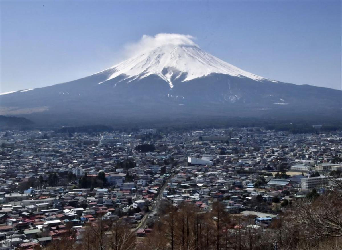 富士山と富士吉田市街。噴火の脅威は首都圏も襲うかもしれない