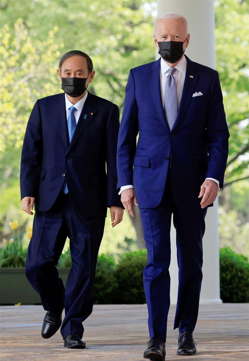 菅首相(左)はバイデン大統領との首脳会談で対中連携について一致した=16日、米ワシントンのホワイトハウス(ロイター)