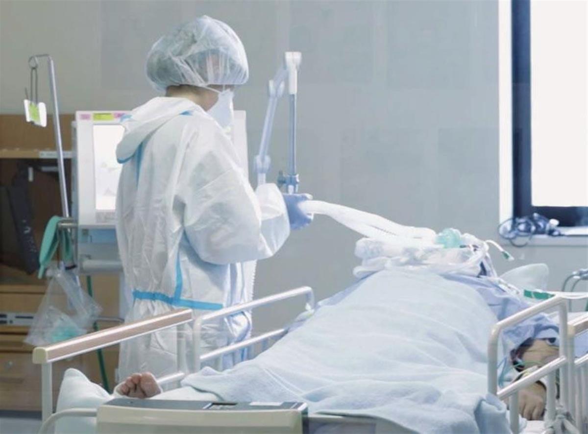 新型コロナの重症患者に対応する看護師=大阪府大阪狭山市の近畿大病院(同病院提供)