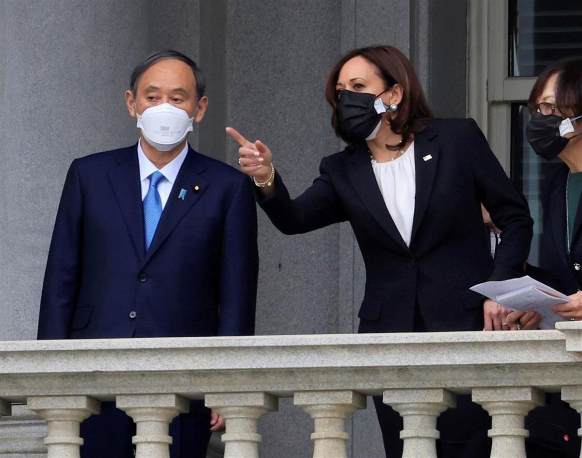 菅首相(左)はハリス副大統領とも会談を行った=16日、ワシントン(ロイター)