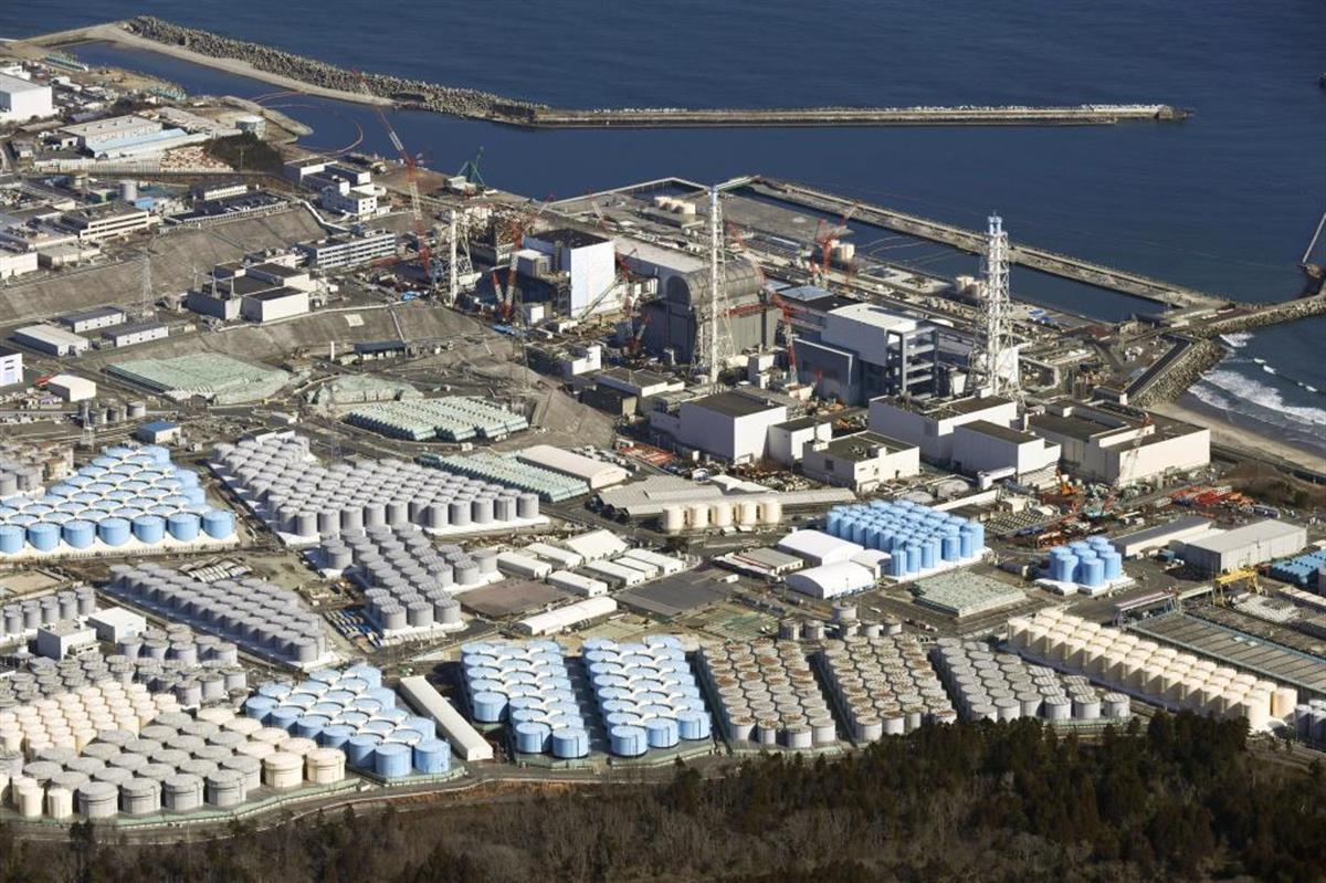 東京電力福島第1原発の敷地内に並ぶ処理水を保管するタンク(共同)