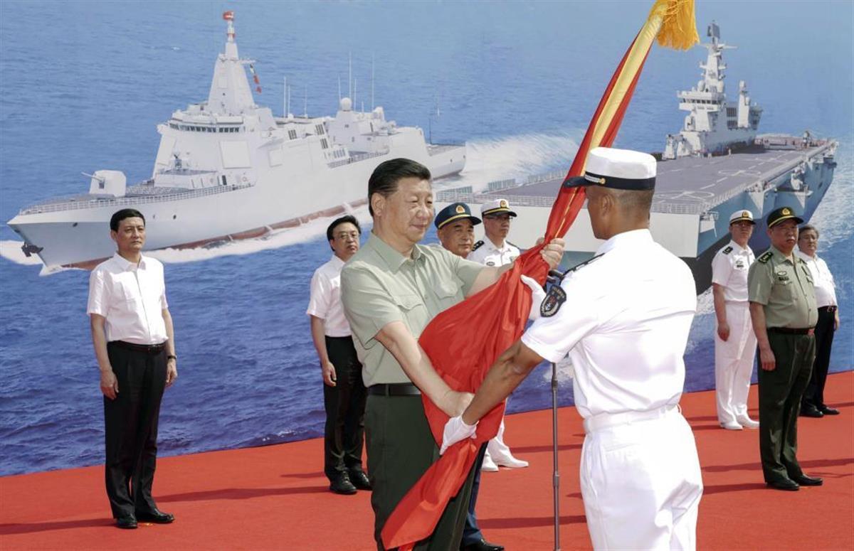 中国海軍に新型艦船を引き渡す式典に臨む習近平国家主席(中央)(新華社=共同)