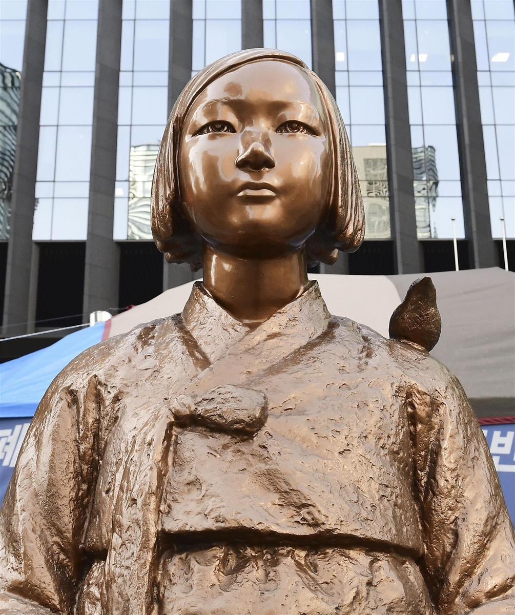 ソウルの日本大使館前に設置されている従軍慰安婦の被害を象徴する少女像(共同)