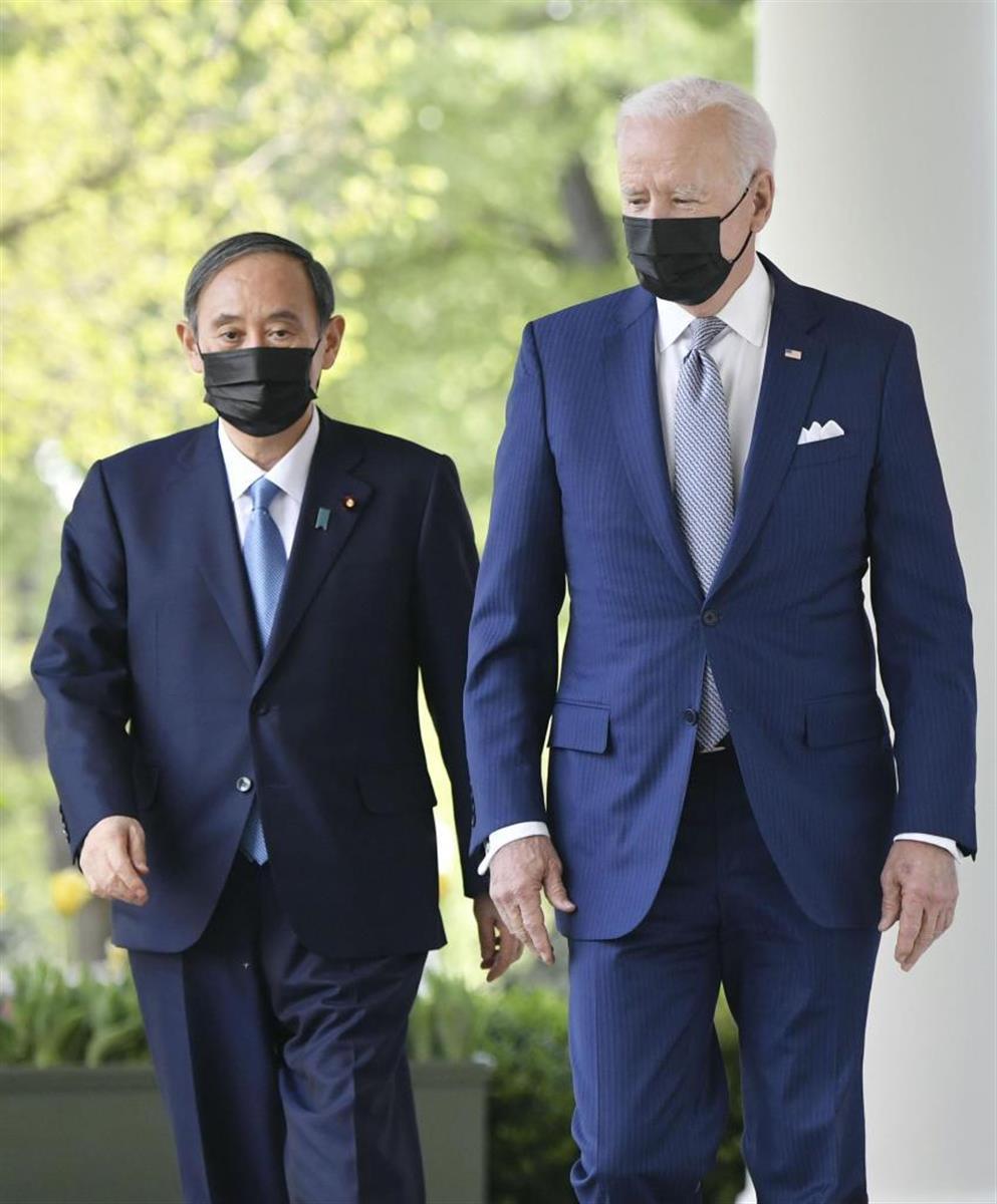 菅首相(左)とバイデン米大統領は会談後、共同記者会見に向かった(共同)