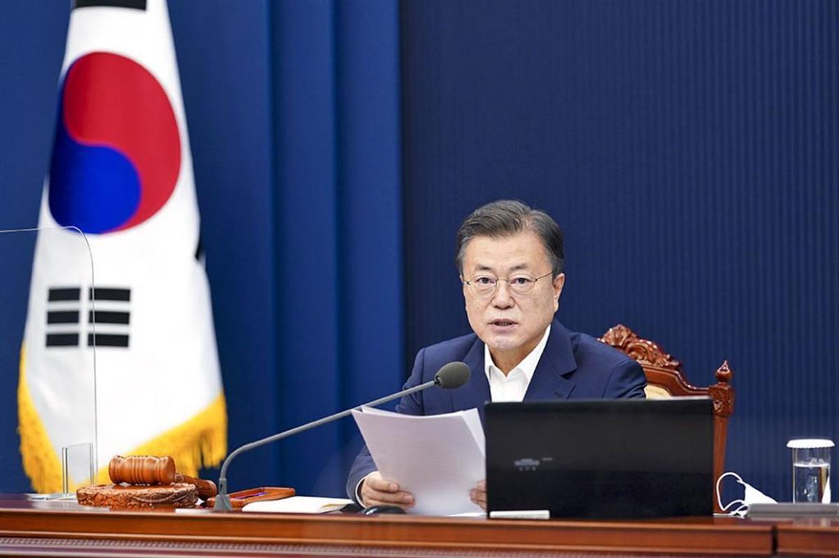 厳しい立場に追い込まれた文大統領(韓国大統領府提供・共同)