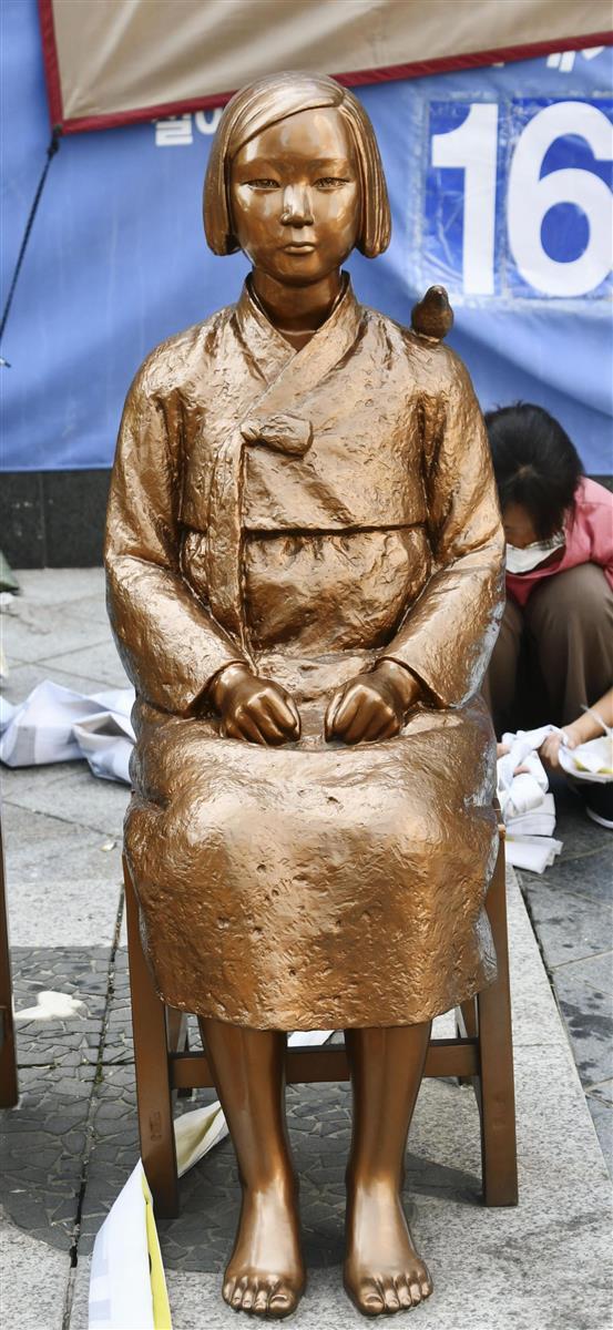 韓国・ソウルの日本大使館前に設置されている少女像(共同)