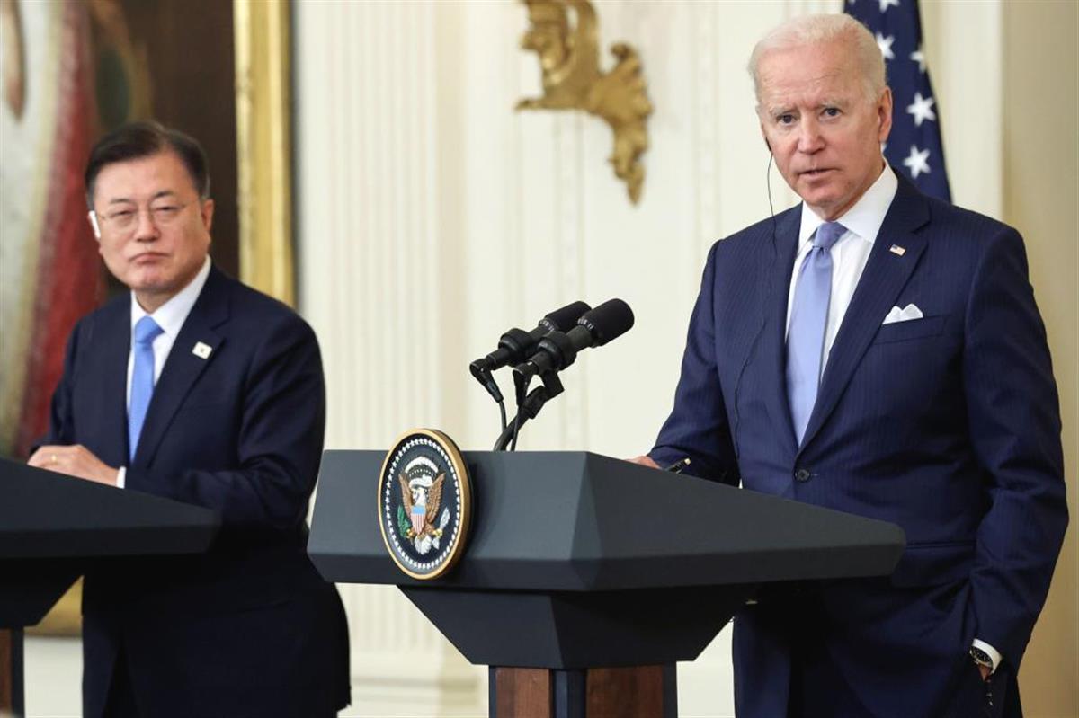 バイデン大統領(右)は対面会談で、文大統領をどう値踏みしたのか(ロイター)