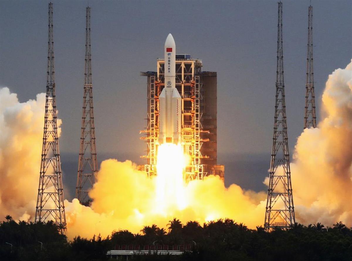 中国海南省の発射場から打ち上げられた大型ロケット「長征5号B」=4月(新華社=共同)