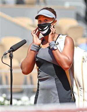 女子シングルス1回戦で勝利後、コート上でインタビューに応じる大坂なおみ=パリ(ゲッティ=共同)
