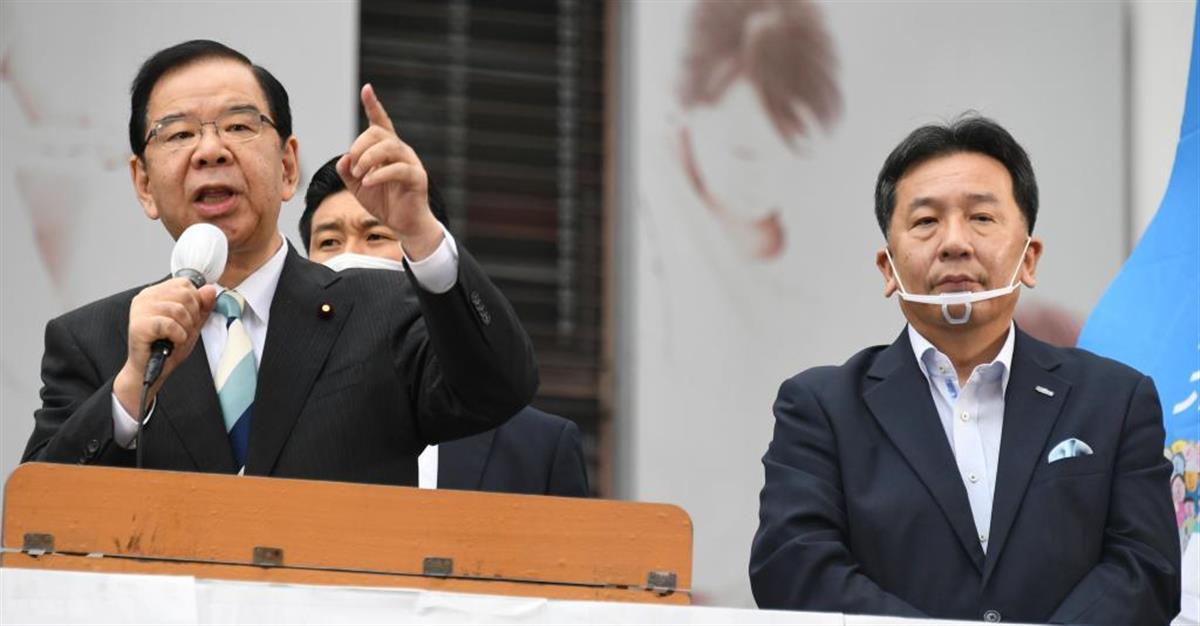 選挙協力を進める立憲民主党の枝野幸男代表(右)と、共産党の志位和夫委員長